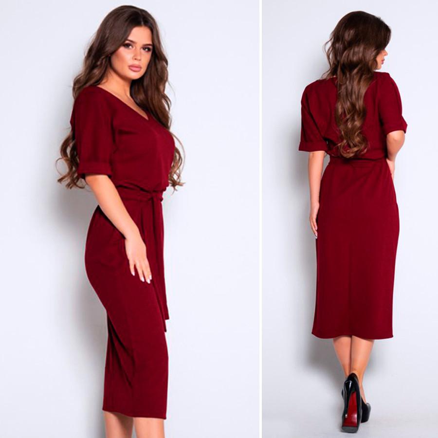 Бордовое платье с вырезом и короткими рукавами
