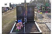 Подвійний пам'ятник із граніту з хрестом на могилу