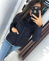 Женская короткая весенняя куртка с накладными карманами