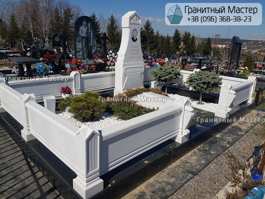 Памятник из белого мрамора женщине в с. Хотов, Киевской обл.