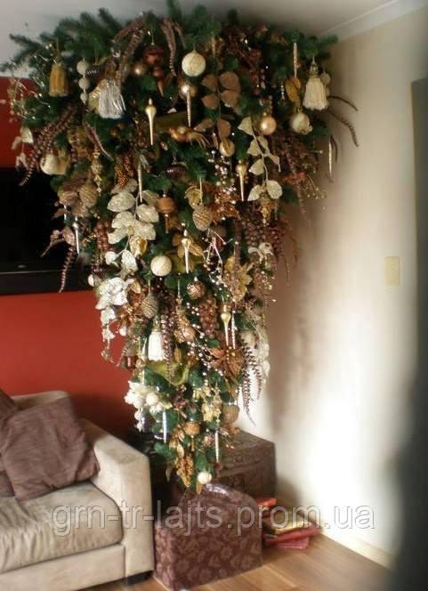Искусственная елка на потолке