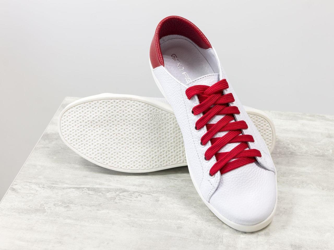 Кеды кожаные с мягким красным задником на белой подошве,