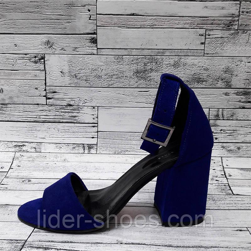 Женские замшевые босоножки на широком каблуке