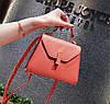 Червона маленька сумочка на ремінці