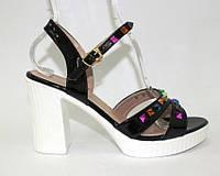 Стильные чёрые босоножки на каблуке