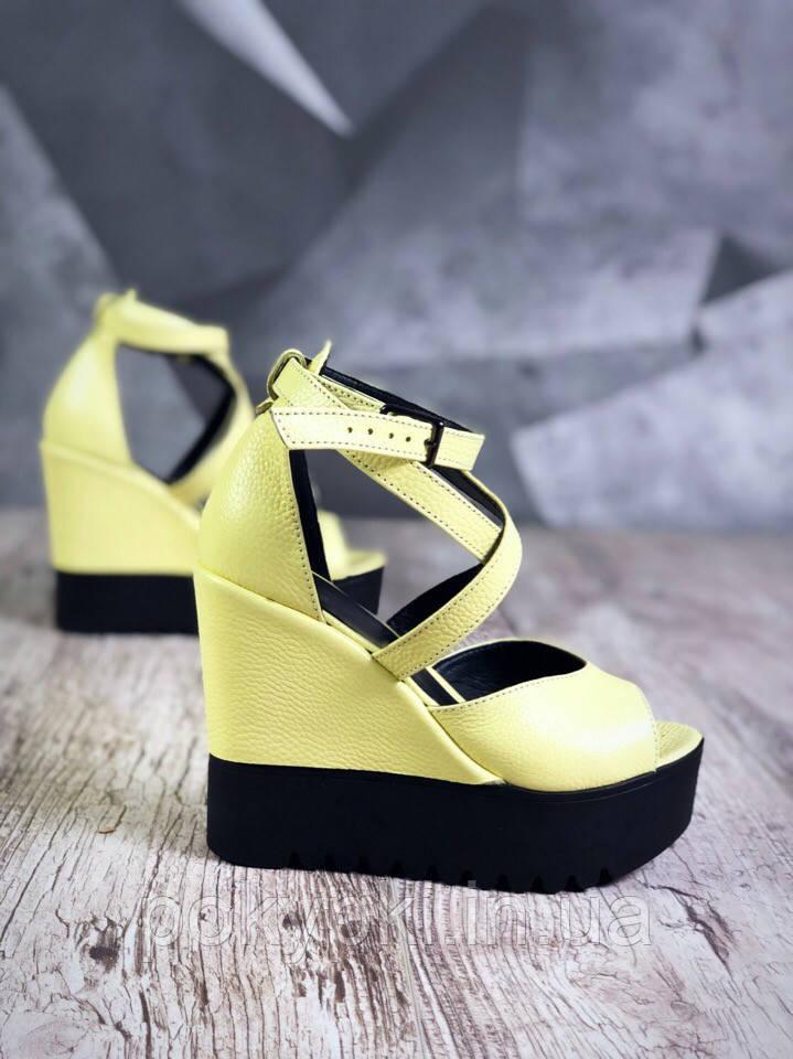 893c177288a0 Яркие летние кожаные босоножки на рельефной подошве и танкетке цвет желтый