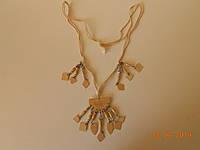 Ожерелье из бежевых деревянных пластин и шнура в стиле бохо,авторская бижутерия
