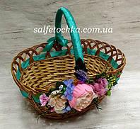 Корзина на пасху украшенная  цветами!