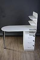 Маникюрный стол с ящиками на три замка и двумя полочками.
