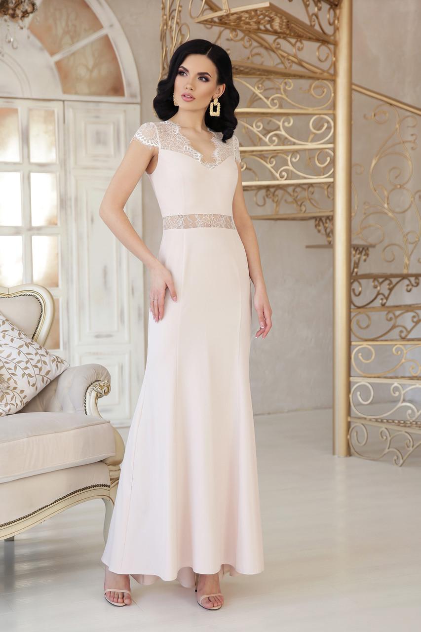 Красивое платье макси приталенное к низу расклешенное с коротким рукавом бежевого цвета