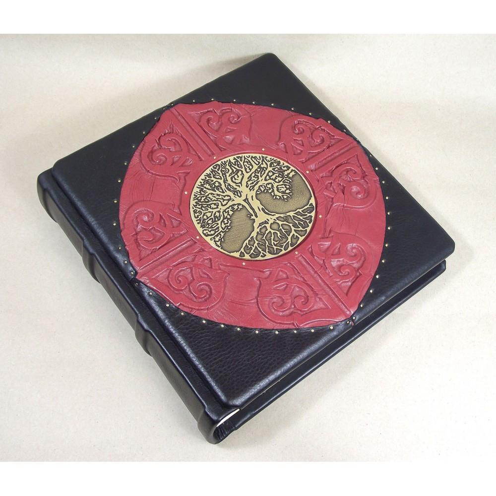 """Фотоальбом у шкіряній палітурці декорований латунною емблемою з дизайнерськими листами """"Сімейний"""""""