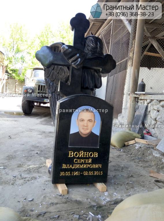 Скульптура ангела из гранита с крестом. Изготовление Киев, установка Николаев.