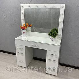 Компактный туалетный столик с зеркалом в спальню