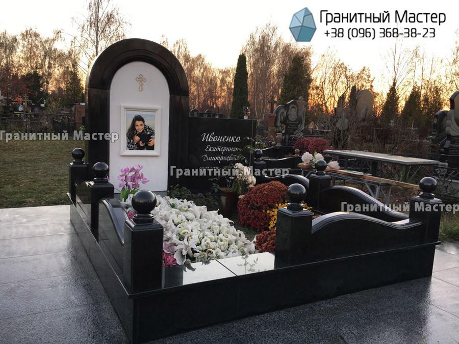 Памятник девочке из белого мрамора и гранита. Киев, Жуляны.