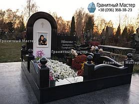 Памятник девочке из белого мрамора и гранита. Киев, Жуляны. 1