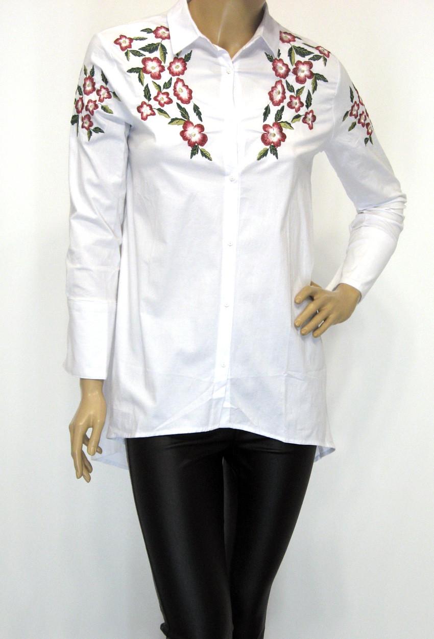 Подовжена біла жіноча сорочка з вишивкою