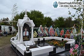 Памятник в виде церкви из мрамора. Полтавская обл., с. Плехов 4
