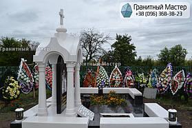 Памятник в виде церкви из мрамора. Полтавская обл., с. Плехов 16
