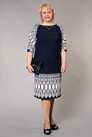 Модное платье украшено ярки принтом на рукавах и внизу