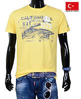 Желтая подростковая футболка.