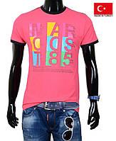 Подростковая футболка с ярким принтом.