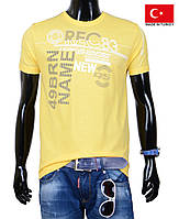 Спортивная яркая подростковая футболка.