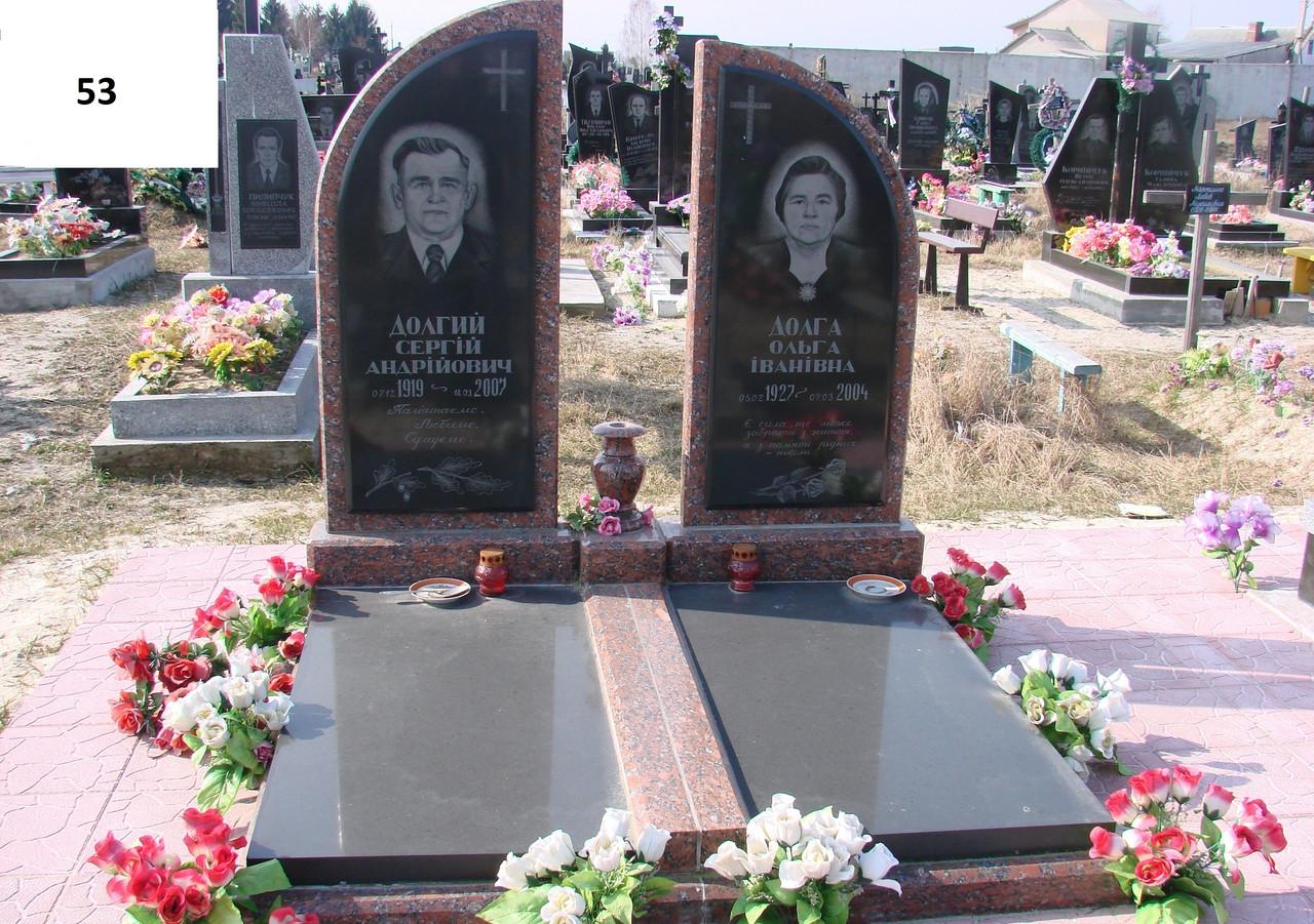 Подвійний пам'ятник з закритим подвійним квітником на могилу для батьків із граніту