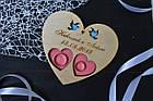 Блюдце, подставка для колец из дерева с гравировкой и голубями для свадебной церемонии (сердце) в цвете, фото 2