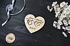 Блюдце, подставка для колец из дерева с гравировкой, датой и голубями для свадебной церемонии в виде сердца, фото 2