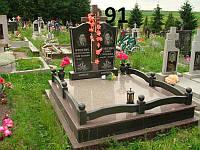 Подвійний пам'ятник на двох осіб на кладовище із граніту з закритим квітником