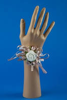 Пудровая бутоньерка-браслет на руку №27
