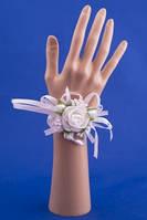 Белая бутоньерка-браслет на руку №11