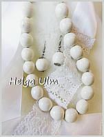 Намисто, сережки і стрічка - білі. ПРОКАТ лише з костюмами.