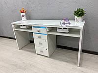 Широкий стол на два рабочих места с мощными вытяжками и стеклом на столешнице