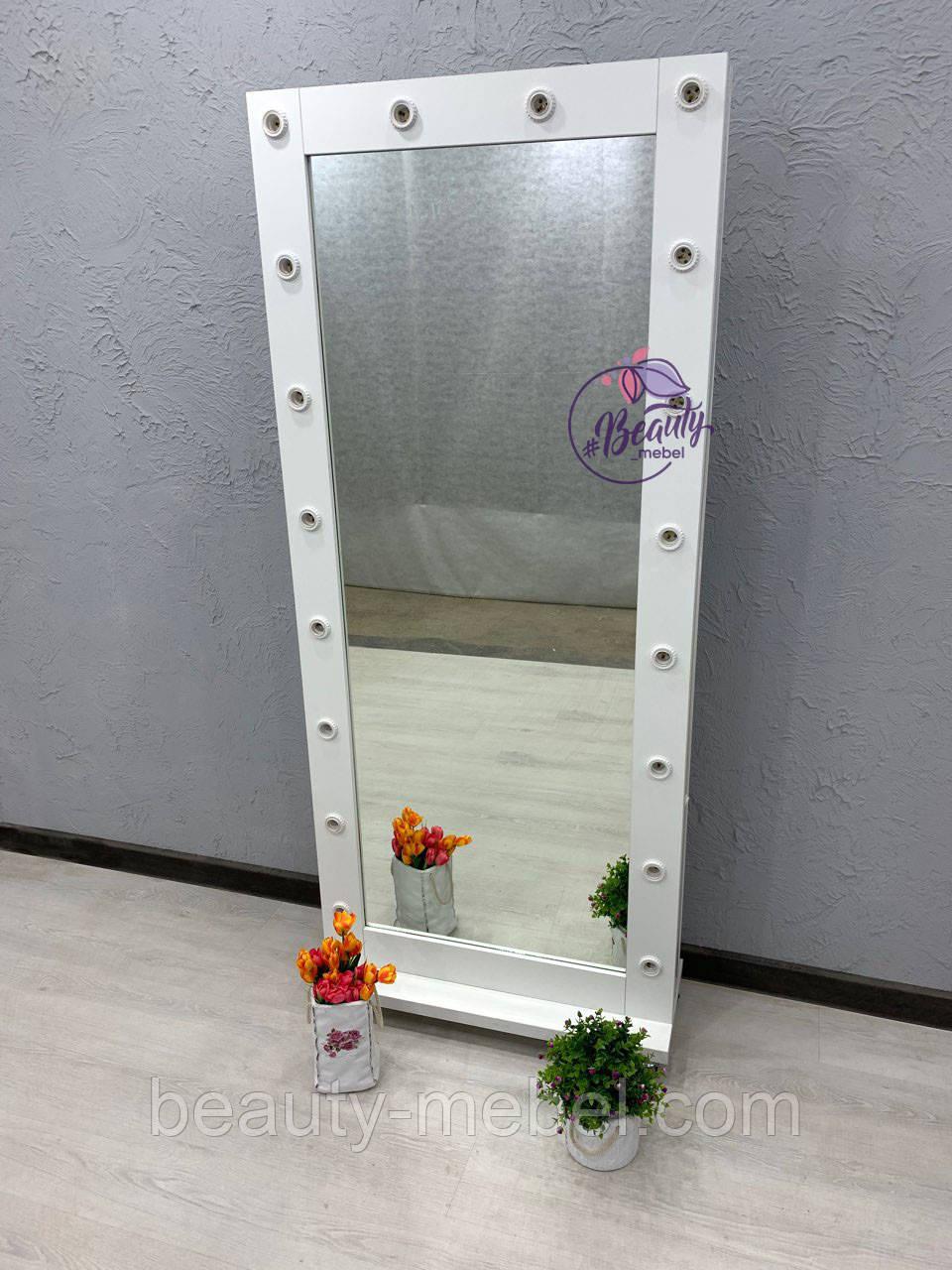 Высокое зеркало на колесиках
