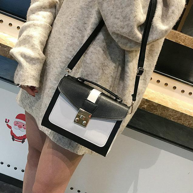 Маленькая черно-белая сумочка