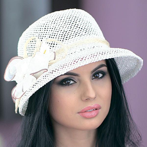 Белая летняя шляпа с небольшими  полями из соломки с украшением