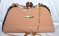 Женский лаковый вечерний клатч для торжеств и выпускных на поцелуе с цепочкой 30*16 см (пудра)