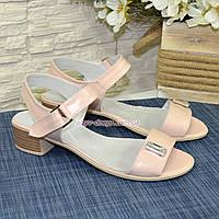 Женские кожаные босоножки на маленьком каблуке, цвет пудра