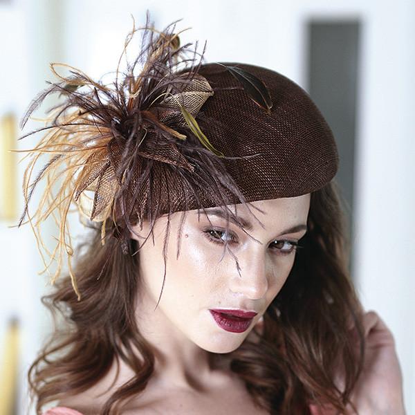 Черная летняя шляпка из соломки синамей украшена перьями размер 55-59