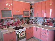 Кухня в розовом тоне.