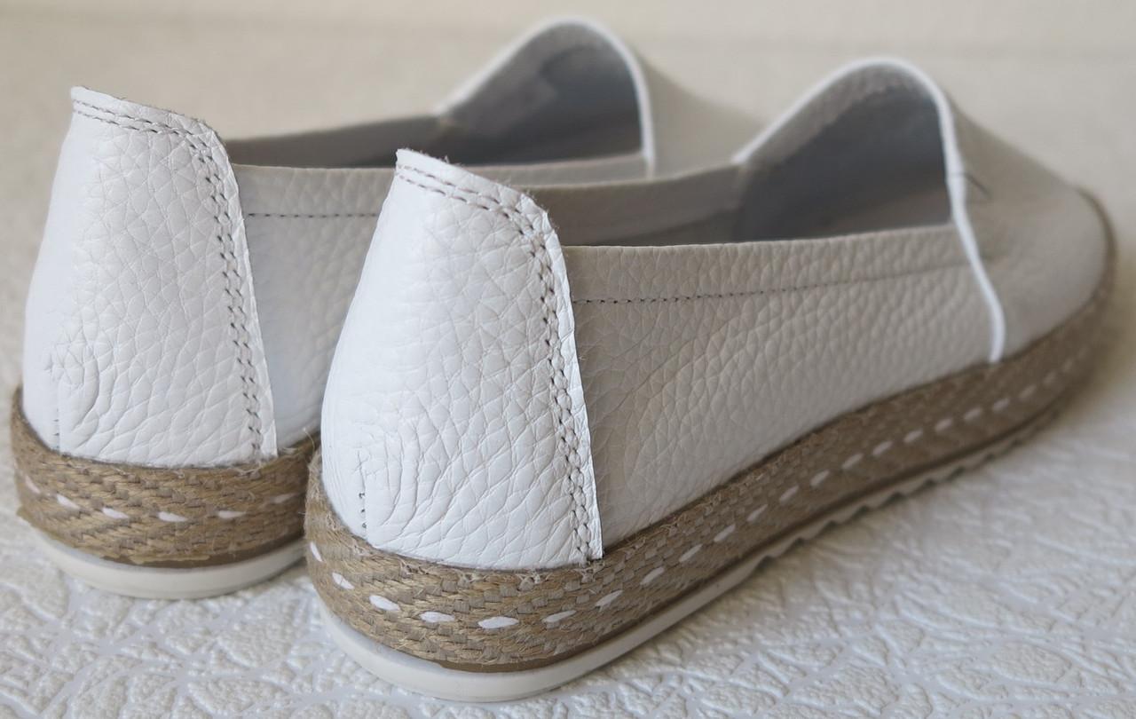 450920032 Кожаные слипоны для девочек и девушек мокасины туфли универсальные белого  цвета, ...