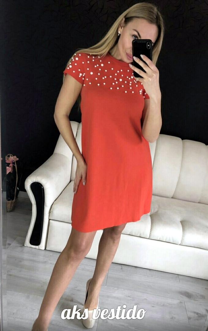 Женское платье из трикотажа с бусинками