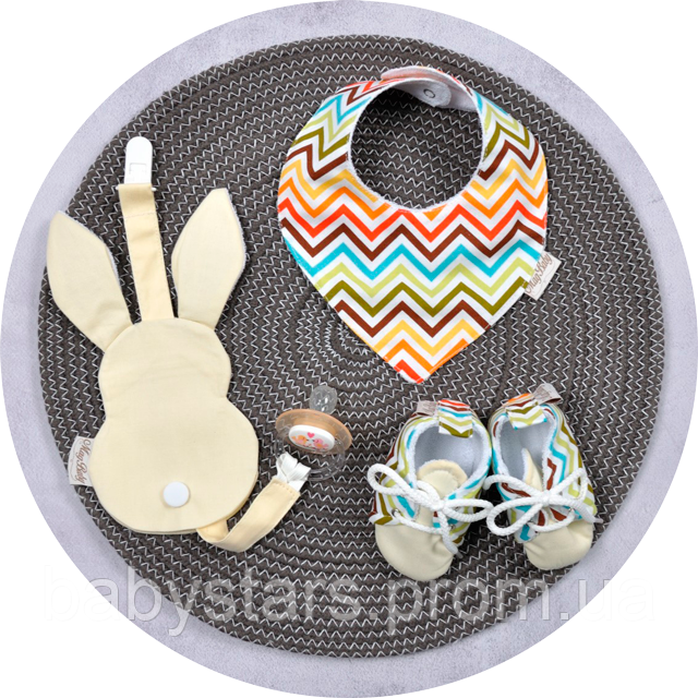 Держатель для пустышки, слюнявчик и пинетки: набор для новорожденного