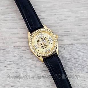 Часы женские в стиле Омега золотистые со стразами с черным ремешком
