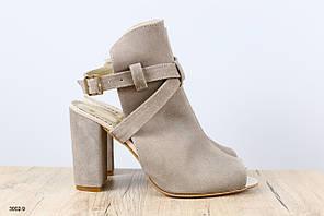 Женские замшевые бежевые босоножки на удобном каблуке