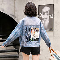 Женская джинсовая куртка с лампасами на рукавах и фотопринтом на спине голубая