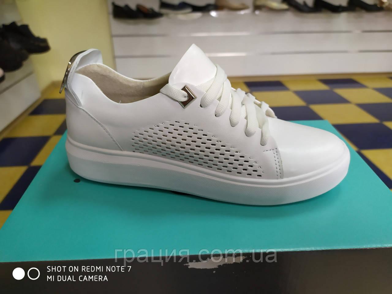 Модные женские кроссовки белые из натуральной кожи
