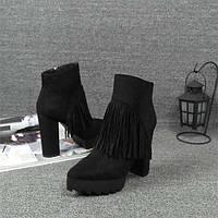 Черные ботинки с бахрамой на высоком каблуке
