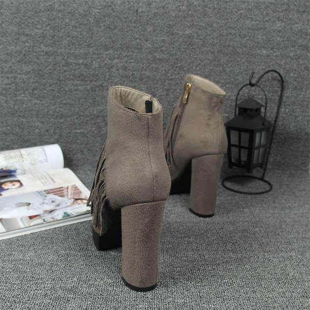 Серые ботинки с бахрамой на высоком каблуке